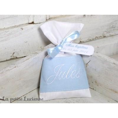 Pochon dragées: Bleu ciel brodé blanc