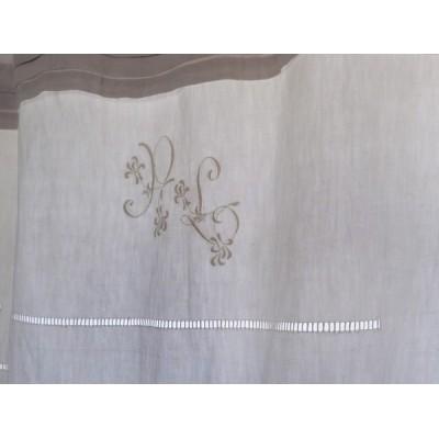 Rideau monogramme en linge ancien et linge ancien teinté