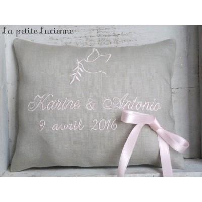Petit coussin de mariage en lin gris brodé rose poudré