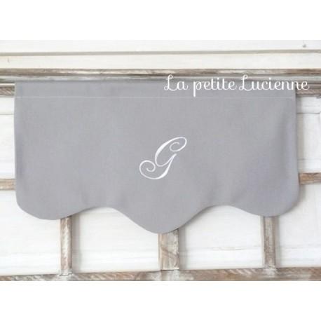 Cantonnière brodée en toile grise et monogramme