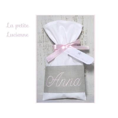 Bonbonnière baptême en lin gris brodé rose poudré