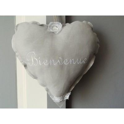 Cœur en lin gris brodé Bienvenue, chambre, ....