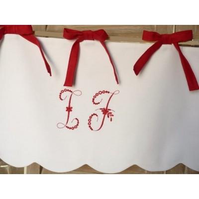 Cantonnière en lin et monogramme brodée en rouge- Cache volet roulant