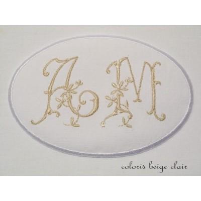 Lucienne: médaillon monogramme brodé de 2 initiales