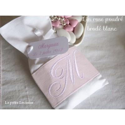 Pochon brodé de baptême: monogramme brodé sur lin Rose poudré